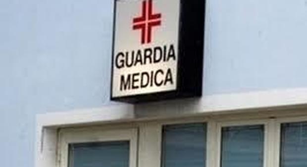 Dottoressa aggredita dal marito di una paziente con la febbre: «Ho paura, mi dimetto»