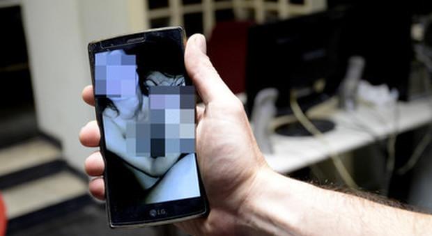 Si finge bimba su WhatsApp e violenta tre ragazzine: arrestato 48enne, in chat era «Giulia»