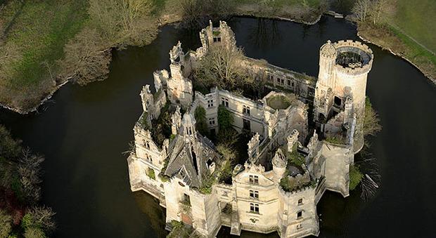 immagine Il castello di Mothe-Chandeniers è spacciato, 6.500 persone si incontrano sul web e lo comprano