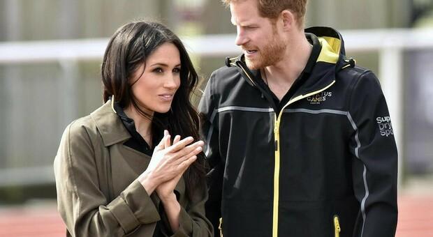 Meghan Markle torna a Londra, nuova richiesta alla regina Elisabetta: «Reali per metà»