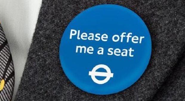 Londra, una spilla blu per chi non può viaggiare in piedi sulla metropolitana: i passeggeri invitati a cedere il posto