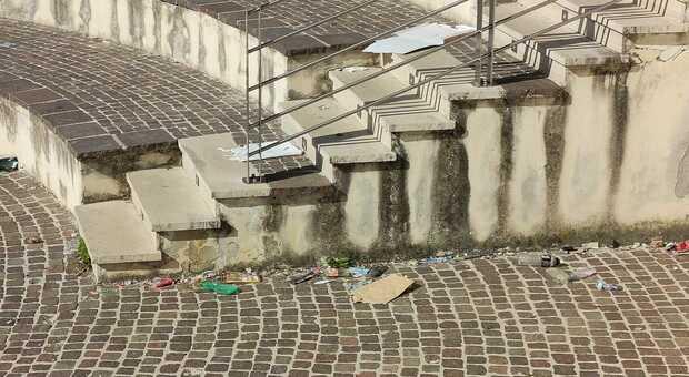 """Piazza Bettino Craxi, un """"ristorante"""" a cielo aperto. I residenti: «Bivacco notturno e mensa aziendale». Foto"""