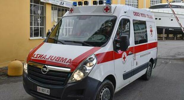 Pavia, bambino muore soffocato sotto un cumulo di vestiti: dramma nella casa famiglia