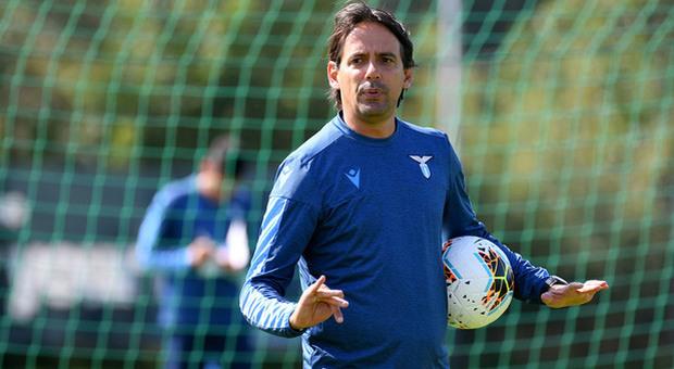 Per la trasferta di Verona Simone Inzaghi dovrà fare a meno di Lazzari squalificato: l'allenatore sposta Lulic a destra con l'inserimento di Fares sulla fascia opposta