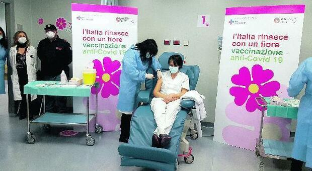 La Asl di Frosinone: «Vaccinato un terzo della popolazione». Ma i medici di famiglia insorgono: «A noi poche dosi»