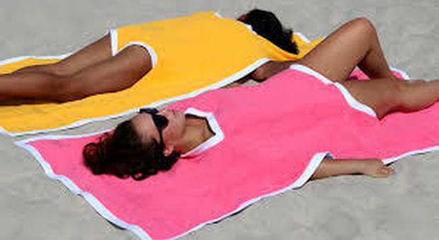 Il costume del 2019 fa anche da asciugamano: spopola il towelkini