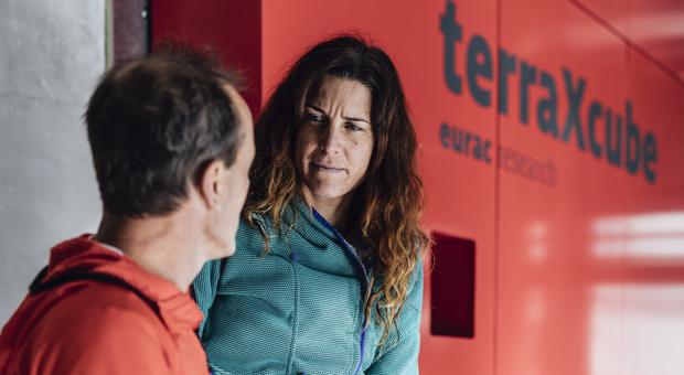 Simone Moro e Tamara Lunger davanti alla camera ipobarica
