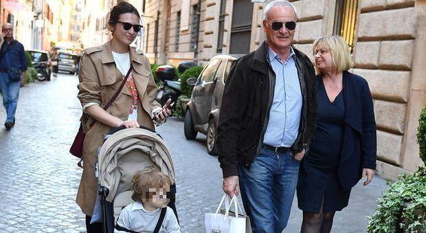 Claudio Ranieri super nonno, gelato e pallone con il nipotino Orlando