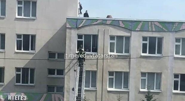 Kazan, spari nella scuola in Russia. I testimoni: «Molti ragazzi saltati dall'edificio per tentare di salvarsi»