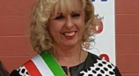 Vercelli, nega a stranieri e anziani aiuti alimentari acquistati con fondi Covid e li gira a famiglie ricche: sindaca ai domiciliari