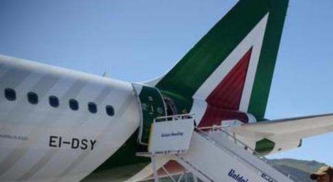 Linate, atterra volo Alitalia da Fiumicino: è il primo dopo la chiusura per lavori dell'aeroporto