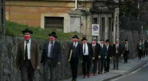 Violenza donne, Roma come Biella: gli uomini in piazza con le mascherine rosse