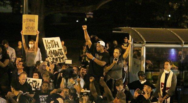Usa, terza notte di proteste a Charlotte: morto il dimostrante ferito