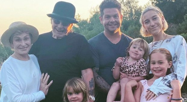 Ozzy Osbourne ha il Parkinson: la foto sorridente in famiglia che fa sperare i fan