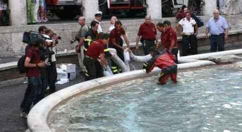 19 ottobre 2007 L'acqua della Fontana di Trevi si colora di rosso