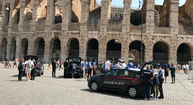 Controlli dei carabinieri nell'area del Colosseo