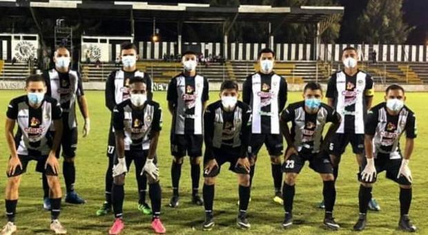 Coronavirus, con guanti e maschere il calcio in Nicaragua va avanti