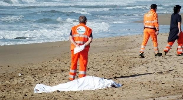 Si tuffa nel mare agitato per soccorrere dei bambini: 34enne muore annegato