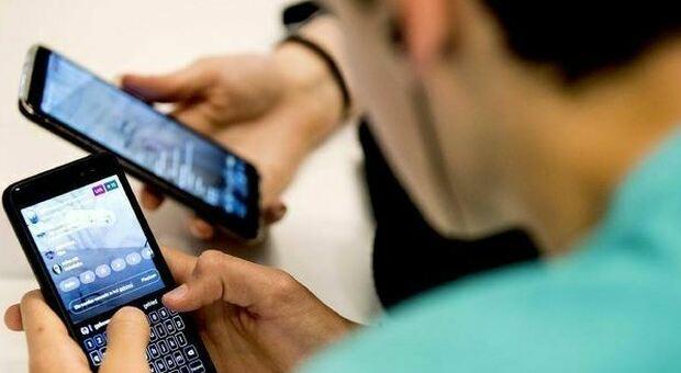 «Guardare il cellulare è contagioso», le prove in uno studio condotto dall'Università di Pisa