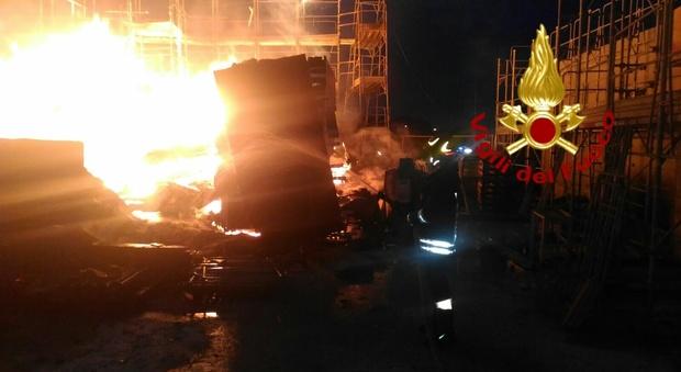 Roma, incendio distrugge struttura in legno