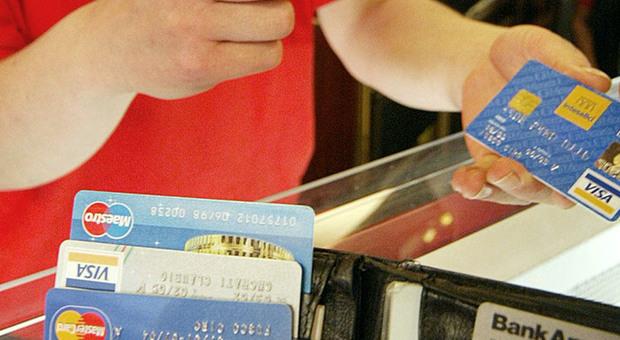 Bonus a chi paga col bancomat: 2 miliardi per i consumi. Mini-rimborso sul tavolo del governo