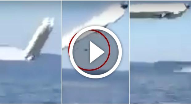 Il motoscafo spicca il volo in gara e si schianta: morti i due piloti Video