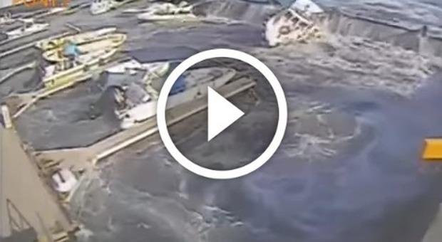 La nave da crociera fa un disastro al porticciolo: barche travolte e ribaltae