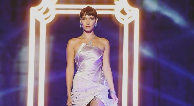 Roma, la Dolce Vita di Bella Hadid: la top model sfila a piazza di Spagna per Bulgari