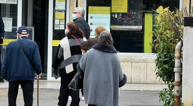 Orvieto, anziani al freddo in fila alle Poste: «Ripristinare l'orario pomeridiano»