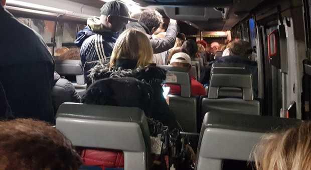 Cotral, negli autobus piove dentro: sedili fradici, passeggeri in piedi