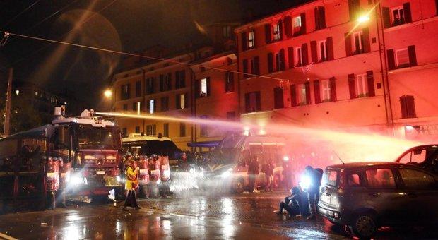 Bologna, applausi per Matteo Salvini dentro il Paladozza, all'esterno idranti contro il corteo anti Lega