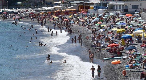 Decine di migliaia di persone si sono ammassate sulle spiaggia di Bournemouth