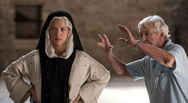 """Paul Verhoeven con Virginie Efira sul set di Benedetta"""""""