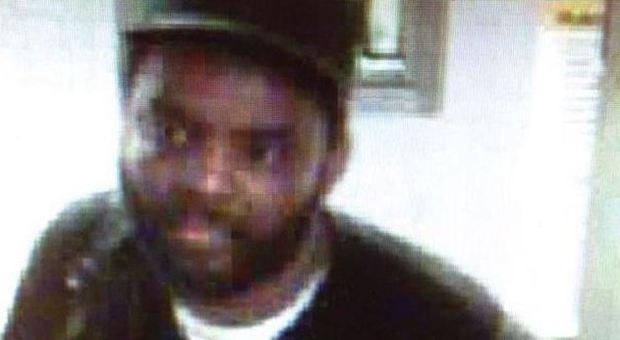 Panico a New York, minaccia un agente con un martello: la polizia apre il fuoco
