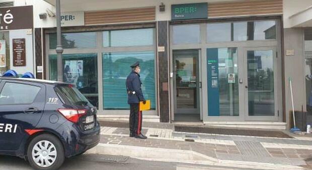 Documenti falsi per prelevare soldi dal conto di un anziano ricoverato in Rsa: arrestati
