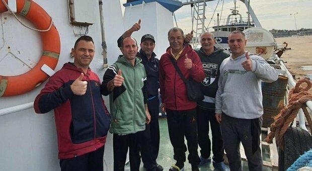 Pescatori in viaggio verso l'Italia dopo il sequestro in Libia: «Divisi e tenuti in gabbia al buio» Domenica l'arrivo a Mazara