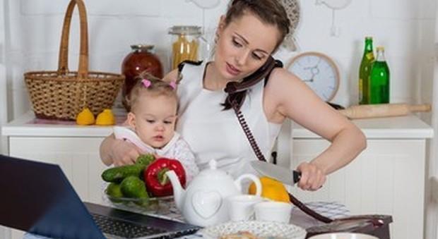Donne italiane le più lavoratrici d'Europa: ecco quante ore al giorno (in ufficio e a casa)