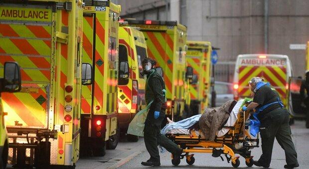 Covid, boom di contagi in Inghilterra: oltre 60.000 positivi in 24 ore. Londra città fantasma