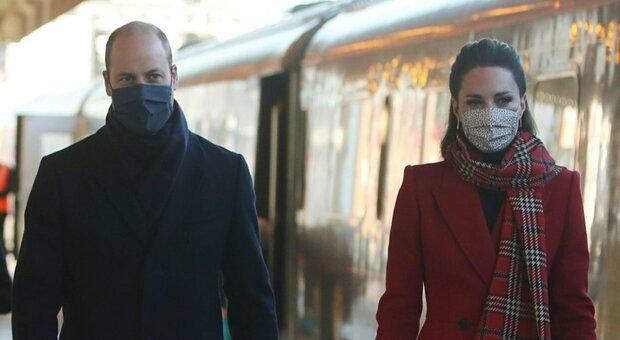 Kate e William, tour in treno in Scozia e Galles: ma l'accoglienza è glaciale. Sturgeon: «Informati di limitazioni spostamenti»