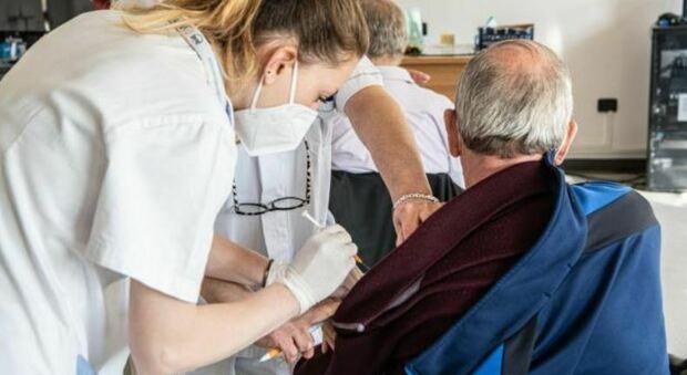 Vaccino, allarme degli oncologi: «Per pazienti fragili non estendere il richiamo. Non si sviluppa adeguata risposta»