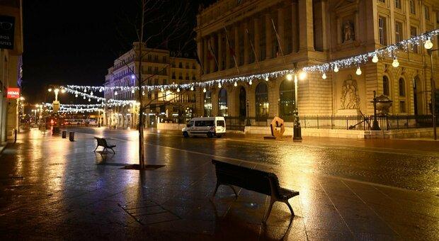 Covid, Francia: bar e ristoranti resteranno chiusi fino a Pasqua. L'ipotesi dei virologi
