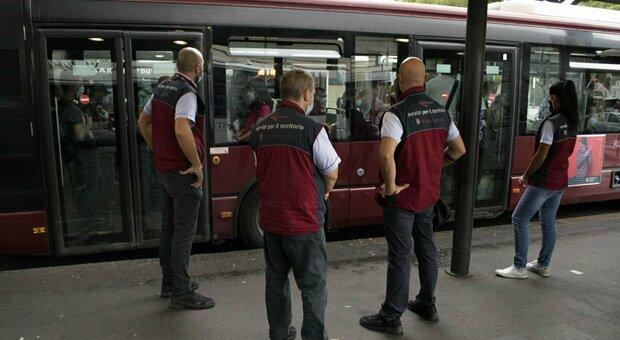 Bus Roma, dopo lo stop Covid tornano i controllori Atac: verifiche alle fermate e nelle stazioni metro