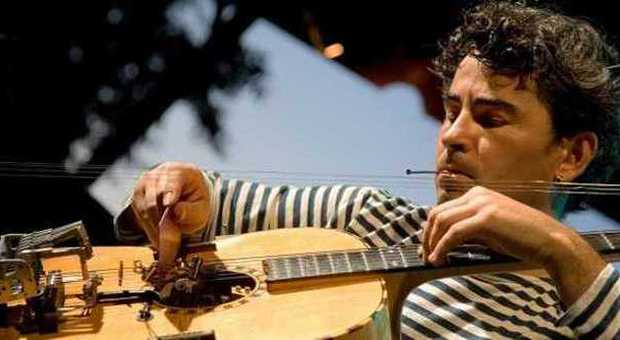 Il chitarrista e compositore Paolo Angeli