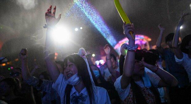 Wuhan, i giovani dicono addio al Covid: locali pieni, feste e niente mascherine. «La nostra seconda vita»