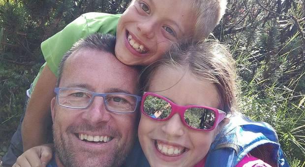 Bambini strangolati a Margno, sui social insulti al padre. «Se esiste un inferno....»