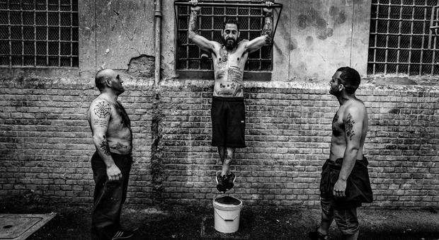«Una sconfinata solitudine di massa»: le carceri italiane nel libro fotografico Prigionieri di Valerio Bispuri - Il Messaggero