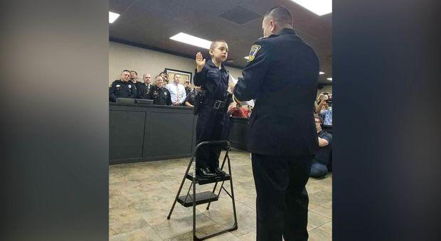 Bimba malata di cancro realizza il suo sogno: Abigail giura da poliziotto in Texas