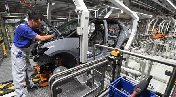 Coronavirus, auto a rischio 14 milioni di posti di lavoro