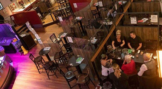 Bar e ristoranti, cosa cambia: mai più di sei al tavolo (e dalle 18 aperitivi in piedi vietati)