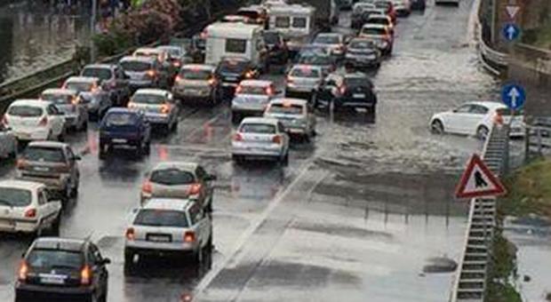Roma, nubifragi rallentano la viabilità, continuano gli allerta per il maltempo